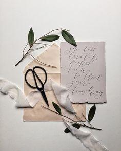 Moderne kalligrafie, we zien het steeds vaker! Hoe tof vind jij deze trend? Zou jij de moderne kalligrafie bij je wedding gebruiken? Schmidt, Wedding Invitations, Invites, Wedding Art, Stationery, Gift Wrapping, Ribbons, Creative, Instagram Posts