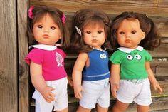 Ce modèle de robe avec un plastron carré convient pour la poupée Cerise de la marque Cerise et Capucine que vous trouverez en exclusivité chez JouéClub mais vous pouvez l'utiliser pour une poupée de taille différente en adaptant les dimensions aux mensurations... Magazine Parents, Laine Rico, T Shirt, Voici, Couture, Ose, Blog, Moment, Dimensions