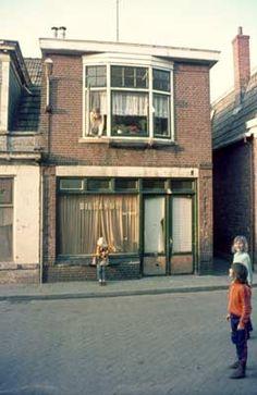 1974. Prinsenstraat. De biljart fabriek van B.J.Lummen. Hebben wij later nog in gebruik gehad met de winkel als magazijn.