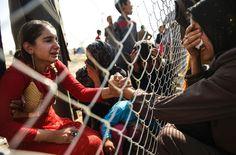 Desplazados iraquíes que huyeron de Mosul se reúnen con sus familiares, que llegaron en 2014 al campo de refugiados de la zona Khazer.