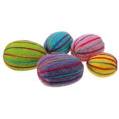 Neulahuovuttamalla ja värikkäällä villalangalla koristellut styrox-munat.