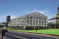 The year 1983, Argentina returned to democracy.  The pop artist Marta Minujin creates what Parthenon of Books in the Av 9 de Julio in Buenos Aires, composed works that were banned by the military government that had fallen, and who had just been released. After 25 days, the books were offered to the public.