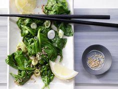 Der Spinatsalat mit Sesam bietet eine ideale Möglichkeit für Vegetarier, ihre Eisenspeicher aufzufüllen.