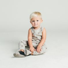 This panthas a roomy harem cut shapewith an elastic waistband, ribbed bands at ankles and a single wooden button. Unisex. Made of 100% cotton slub jersey. T