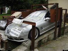 Page 1 sur 2 - DINGUE ! 2 Mercedes à l'abandon ! - posté dans Allemandes: Le propriétaire des 2 voitures, fatigué de faire des aller et retours au garage, et surtout, de rentrer chez lui à chaque fois avec une bagnole qui va encore déconner une semaine après, à décider de les abandonner... Elles sont à l'arrière d'un centre commercial, sur un lieu de passage, pour qu'elles soient vues de tout le monde. Les armatures métalliques sont là pour empêcher une grue ou un...