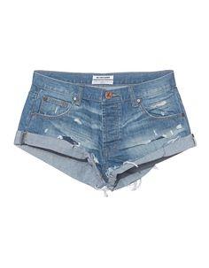 Destroyed-Denim-Shorts Die schmal geschnittene blaue Shorts aus einem robusten Baumwoll-Denim kommt im angesagten Destroyed-Look mit ausgefransten gekrempelten Beinsäumen.  Superlässig und sexy zugleich...