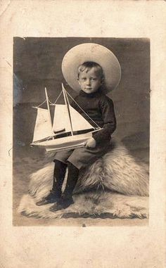 1905 LITTLE BOY with TOY YACHT NEW QUAY, CARDIGANSHIRE. | por oldsailro