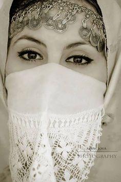 Algerian Woman with the Hayek Arab Fashion, Muslim Fashion, Fashion Art, Mother Photos, Arabian Women, Aesthetic Eyes, Muslim Beauty, Historical Images, Beautiful Hijab