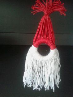 Diy kerstman hanger van wol en gordijnring . Zelf maken.