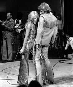 Sylvie Vartan et Johnny Hallyday chantent en duo en juin 1973. Avec ces franges, Johnny se lance dans le style cow-boy.