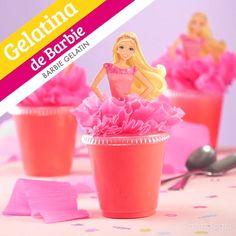 Dale el toque especial a la fiesta temática de Barbie, con estas ricas y fáciles gelatinas en vasito que llevan a barbie en la tapa. Para hacer estas gelatinas de barbie, sólo tienes que hacer una mezcla de color rosa y descargar nuestra plantilla. Barbie Party Decorations, Barbie Theme Party, Barbie Birthday Party, Unicorn Birthday Parties, 4th Birthday, Birthday Party Themes, Barbie Y Ken, Bolo Barbie, Barbie Fairytopia