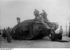 Tarnung:  Deutsche Soldaten verbergen einen erbeuteten Panzer bei Cambrai im...