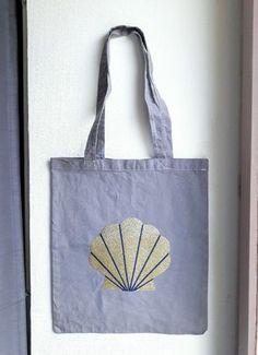 Sac en coton de couleur gris taupe, avec un motif coquillage doré et bleu pailletée Dimension 33 cm de large x 39 cm de hauteur, avec de longues anses de 30 cm.  Décoration do - 20291905