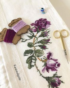 Etamine towel samples If you like making cross stitch, you can make the most elegant towel processin Cross Stitch Borders, Cross Stitch Flowers, Cross Stitch Charts, Cross Stitching, Cross Stitch Patterns, Embroidered Towels, Ribbon Work, Bargello, Bead Art
