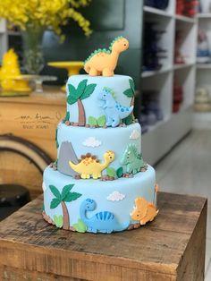Dinosaur Birthday Cakes, Baby Boy 1st Birthday Party, Baby Birthday Cakes, Die Dinos Baby, Baby Dino, Bolo T Rex, Dino Cake, Cake Decorating Designs, Occasion Cakes