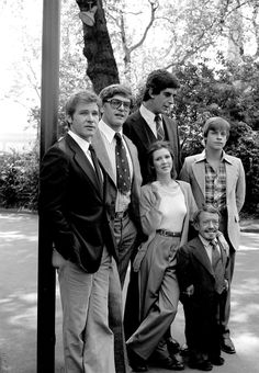 Star Wars cast out of costumes : Harrison Ford (Han Solo), David Prowse (Darth Vader), Peter Mayhew (Chewbacca), Carrie Fisher (Princess Leia), Mark Hamill (Luke Skywalker) and Kenny Baker cca 1977 : ColorizedHistory Chewbacca, Funny Star Wars Pictures, Images Star Wars, Random Pictures, Funny Pictures, Star Wars Poster, Millennium Falcon, Harrison Ford Han Solo, Harison Ford