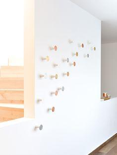 Garderoben-/Wandhaken aus Esche Massivholz, offenporig lackiert, Frontflächen zusätzlich vergoldet, versilbert bzw. verkupfert. Design: 08/16 Quergedacht