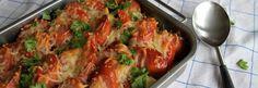 300 g kesäkurpitsaa 300 g parsakaalia 1 purjo noin 3 dl vettä 1/2 tl suolaa maustemitta mustapippuria 300-400 g lenkkimakkaraa 3-4 tomaattia Pinnalle: juustoraastetta ja oreganoa Huuhtele kasvikset.