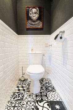 Черно-белый туалет с облицовкой из плитки кабанчик и эффектной фотографией
