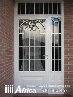 Cerramiento con puerta de hierro acristalada