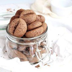 Robiliście kiedyś #ciasteczka, które wyglądają jak ziarna kawy? ☕ Nie? To najwyższa pora spróbować! . One nie dość, że super wyglądają, to jeszcze obłędnie ( serio! ) smakują! ☕☕☕ . Wspaniałe #chrupiące i delikatne! . Do ich stworzenia zainspirowała mnie współpraca z @2cafe.pl - genialnym sklepem internetowym połączonym z blogiem, w którym znajdziecie wszystko do kawy, o czym tylko marzycie!!! ☕❤️☕ . ➡️➡️➡️ #przepis na te super ciasteczka już czeka na blogu ( link w bio!). Koniecznie… Baking Ingredients, Cookie Dough, Peanut Butter, Sugar, Cookies, Food, Wordpress, Diet, Biscuits