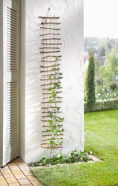 Aus Bambusstäben und Packschnur eine Kletterhilfe herstellen. Super Nebeneffekt: sieht auch noch toll aus.