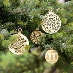 Nowe dekoracje świąteczne w formie bombek choinkowych wyciętych ze sklejki – utrzymane w ciepłym klimacie Świąt z dawnych lat, z elementami drewna i pachnącej choinki 🎄 #christmas #christmastree #bombki #bauble #baubles #christmasbaubles #homedecor #swieta #święta #bozenarodzenie #bożenarodzenie #wood #woodcut #woodengraving #woodworking #plywood #drewno #sklejka #birch #laser #lasercut #lasercutting #laserengraved #engraving #grawer #grawerowane #grawnet Wood Cut, Christmas Ornaments, Holiday Decor, Home Decor, Pray, Inner Child, Apartment Kitchen, Backyard Landscaping, House Design