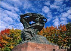 Pomnik Fryderyka Chopina w Łazienkach Królewskich w Warszawie. Najsłynniejszy polski kompozytor dorastał i kształcił się w Warszawie.