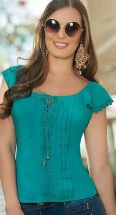 Unravel latest girls' blouses, excellent for your next event or time. Casual Outfits, Cute Outfits, Fashion Outfits, Womens Fashion, Blouse Styles, Blouse Designs, Ladies Dress Design, Corsage, Beautiful Outfits