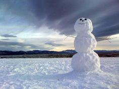snowman in wilderness Snow In Summer, Winter Snow, Christmas Scenes, Christmas Sayings, Christmas Eve, Christmas Cookies, Snow Sculptures, Snow Art, Winter Magic