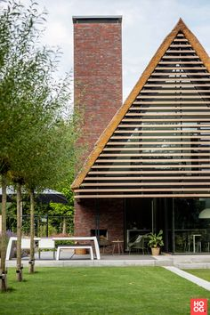 Tom Kneepkens - Villa H2 - Hoog ■ Exclusieve woon- en tuin inspiratie. Brick Detail, Facade House, Mid Century House, House In The Woods, Modern House Design, Exterior Design, Modern Architecture, Building A House, New Homes