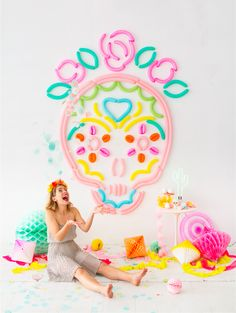 Here's a bunch of fun and colourful halloween decorations, cocktails, centrepiece and backdrop ideas for your halloween party or autumn wedding! Diy Halloween Decorations, Halloween Diy, Halloween Backdrop, Halloween Balloons, Party Deco, Serpentina, Manualidades Halloween, Balloon Backdrop, Balloon Columns
