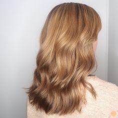 Golden blonde highlights - Peach Stockholm Warm Blonde Hair, Blonde Hair Shades, Golden Blonde Hair, Honey Blonde Hair, Blonde Hair Looks, Golden Hair Color, Wavy Hair, Golden Blonde Highlights, Hair Highlights