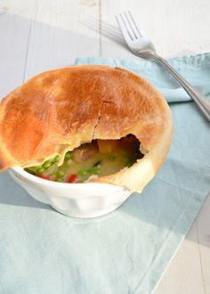 Een lekker budget recept is chicken pot pie met groentes en bladerdeeg.