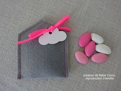ballotin dragées maison, feutrine grise et cordon rose fluo : Autres bébé par bebecoton