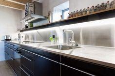 Küche mit Edelstahlabdeckung Fronten Sperrholz Birke