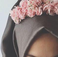 Nice *I think of white hijab & white flowers. Hijabi Girl, Girl Hijab, Hijab Outfit, Muslim Fashion, Modest Fashion, Hijab Fashion, Hijab Style, Hijab Chic, Muslim Girls