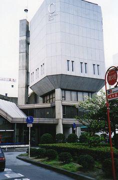 福岡相互銀行大分支店。 .  観に行った当時は、 福岡シティ銀行大分支店という名前でした。 .  ごっつい量塊が、4本の柱で、 御神輿みたいに、持ち上げられているような感じ。 .  頭でっかちの塔が、 メインストリートの交差点で、 かなりの異彩を放っていました。 .  面白かったんだけどなあ。 .  これまた、取り壊されて、 今では存在しない、磯崎新さん初期の建築。 .
