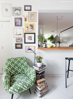 Canto de leitura e composição de quadros na cozinha desse apê em São Paulo.