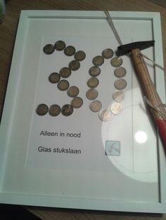 Op een creative manier geld geven.. Lijst...klein hamertje...en euromunten in leeftijd van de jarige...