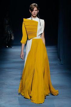 Givenchy Spring 2019 Ready-to-Wear Fashion Show Collection: See the complete Givenchy Spring 2019 Ready-to-Wear collection. Look 52 Haute Couture Style, Couture Mode, Couture Fashion, Runway Fashion, Fashion Trends, Yellow Fashion, Big Fashion, Women's Summer Fashion, Fashion Show