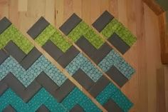 I would love a chevron quilt! Crazy mom quilts: how to make a zig zag quilt (without piecing triangles! Patchwork Quilting, Quilting Tips, Quilting Tutorials, Quilting Projects, Quilting Designs, Sewing Projects, Chevron Quilt Tutorials, Art Quilting, Crazy Quilting