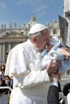 """""""Quando rezar, não o faça para que os outros o vejam; reze escondido, no seu quarto. E quando ajudar os pobres, não toque um trombone, mostrando a todos. O Pai está vendo, e isso é suficiente!"""" Papa Francisco."""