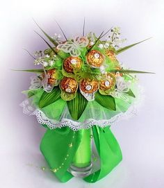 There is no need to choose between candy and flowers! Food Bouquet, Gift Bouquet, Paper Bouquet, Candy Bouquet, Chocolate Tree, Chocolate Gifts, Diy Flowers, Paper Flowers, Candy Flowers