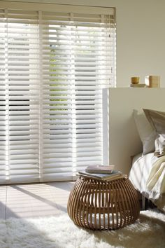 The world of curtains is very broad. In the market we can find different types of curtains , so many that we may reach the point of not knowing which… Vertical Window Blinds, Blinds For Windows, Types Of Curtains, Curtains With Blinds, Store Venitien, Indoor Shutters, House Blinds, Interior Windows, Curtains