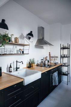 Cocina en blanco, negro y madera. – C L O T A