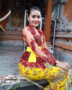 I 💗 Balinese Girls Bali Fashion, Hijab Fashion, Bali Girls, Vietnam Girl, Sarongs, Kebaya, Traditional Dresses, Bellisima, Asian Girl