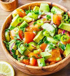 Salată simplă de AVOCADO, fără ulei (rețetă + beneficii) | La Taifas Tomato Salad Recipes, Avocado Tomato Salad, Caprese Salad, Pasta Salad, Paleo Grubs, Meal Planner, Calorie Diet, Vegetarian, Stuffed Peppers