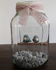 creative_monschi:: Jetzt sitzen Turtel und Täubchen gemeinsam auf der Stange  Nun muss ich nur noch Herzen aus Geld falten und das Geschenk ist fertig.  Das Glas ist übrigens ein großes  Glas wo Rotkohl drin war. Einfach mal bei Restaurants fragen. Die gucken nur blöd wenn man nach Altglas fragt  Die Gläser eignen sich hervorragend für sämtliche Dekorationen Bepflanzungen und Geschenke.  #häkeln #crochet #simplyhäkeln #amigurumi #häkelglück #handmade #simplykreativ #selbstgemacht…