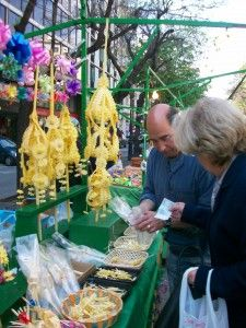 Rambla Catalunya, parades de palmes i palmons per al diumenge de rams